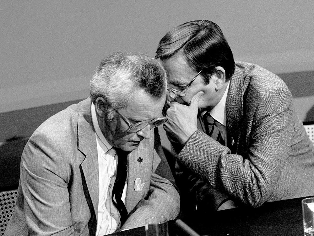 Statsminister och Socialdemokraternas partiledare Olof Palme viskar till finansminister Kjell-Olof Feldt vid TV:s valdebatt dagarna för valet 1985