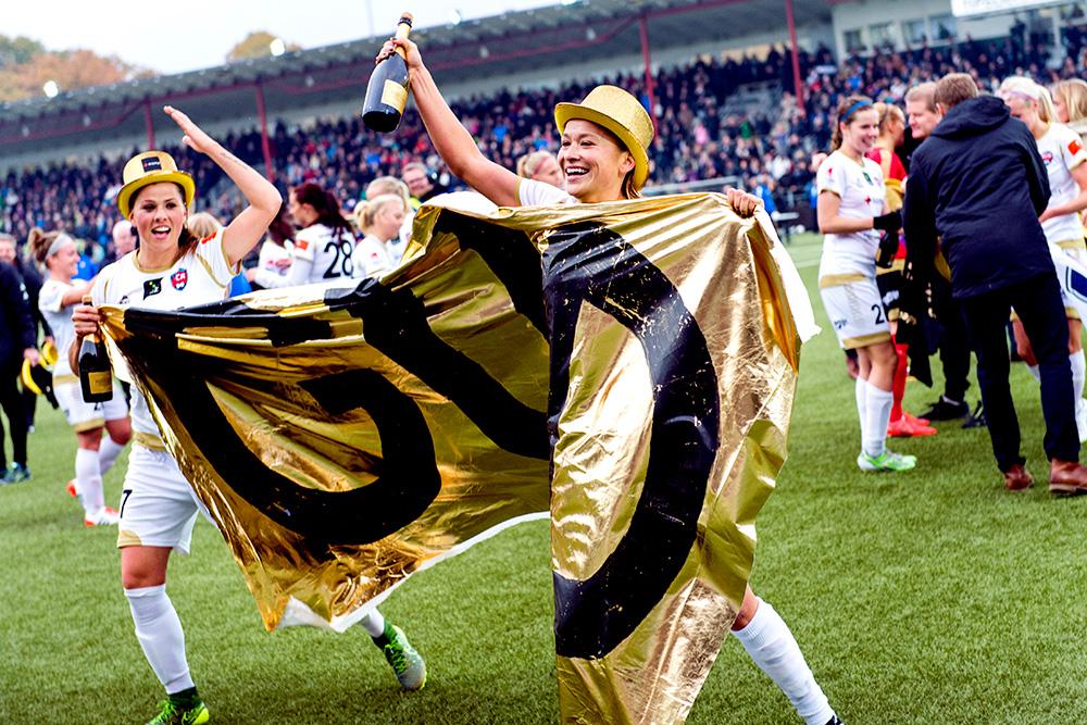 Rosengårds Sara Björk Gunnarsdottir och Alexandra Riley firar SM-guldet efter segern i fotbollsmatchen i Damallsvenskan mellan FC Rosengård och Linköping den 18 oktober 2015 i Malmö.